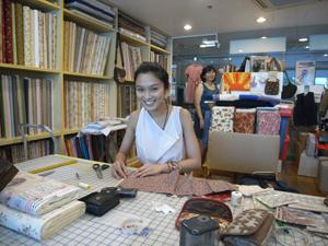 I love this tiny little shop with all the beautiful (but expensive) cloth! 这小店让我情有独钟,很喜欢这里的布料(日本进口的),可是太贵了,做一件上衣还不便宜。