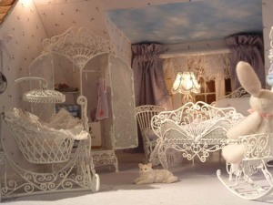 我很喜欢这样的房间设计!I love the lace and wired furniture in this dollhouse bedroom.