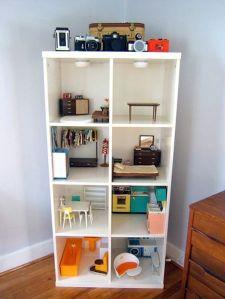 不是每一间娃娃屋都要象一间房�,比如这个书柜娃娃屋。A bookshelf dollhouse is simpler in design and probably easier to create.