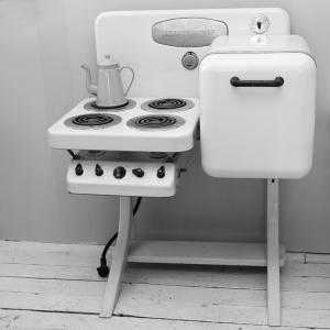 Vintage Kitchen Stove。I've never seen this before, looks almost like those mini kitchen stove for children! It does look very fuss-free though. 我没看过这样的火炉。看起来象玩具哦?设计简单,不知道是不是需要很长的时间煮东西?