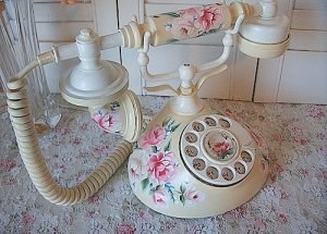 Vintage French Handpainted Telephone。I love the intricate hand painted design. But more than the floral pattern, the way the receiver perches daintily on the body of the telephone makes it a delicate piece of household good that breeds patience. Instead of being able to punch in numbers quickly, the slower dialing process  这种款式的电话很精致,在�电话时也不能太急。或许因为旧式的电器启动都比较慢,所以生活节奏也不象现在这么快,做事慢条斯理比较不容易因为急躁而失误。