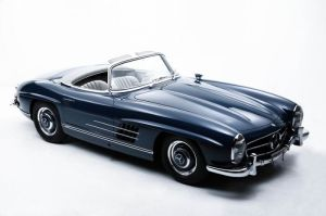 """Vintage 1969 Mercedes 300SL。I think vintage cars are a lot """"friendlier"""" in terms of their exterior design. They edges tend to be rounded-off and less angular, and I like that very much. I love this particular roadster vintage model because the curves create a muscular appeal. It is strong and sturdy, without the fierce and menacing sleek design of modern cars today. 我特别喜欢这款的""""老爷车""""。它的曲线让整辆车很有实感,让我觉得它壮可是不可怕。怎么说呢?我觉得现在跑车的设计都比较""""凶猛"""",角落都又扁又尖,外观很时髦,很又""""杀伤力"""",所以就感觉很""""可怕""""! 哈哈!"""