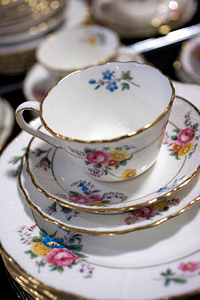 Vintage Teacups/Crockery。我很喜欢有花案的杯和碟�,尤其是如果他们是手工画的,那更是独一无二。就算是同样的图案也不可能一模一样,那就更有纪念价值了!
