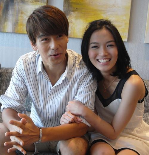 """我们到Sembawang的一间四层楼洋房示范单位拍摄。""""剧中""""饰演新婚夫妇。阳天说他喜欢小家碧玉型的女生,哈哈,我只好尽力而为。"""