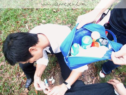 展发随身携带的 First Aid Kit。